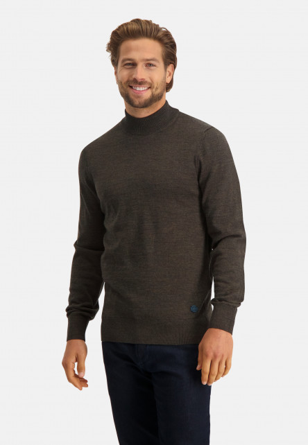 Fine-knitted-pullover-with-turtle-neck