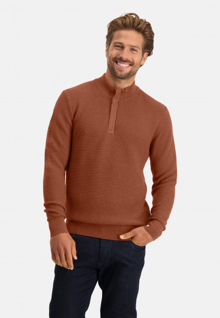 Pullover-with-high-collar-and-a-zip